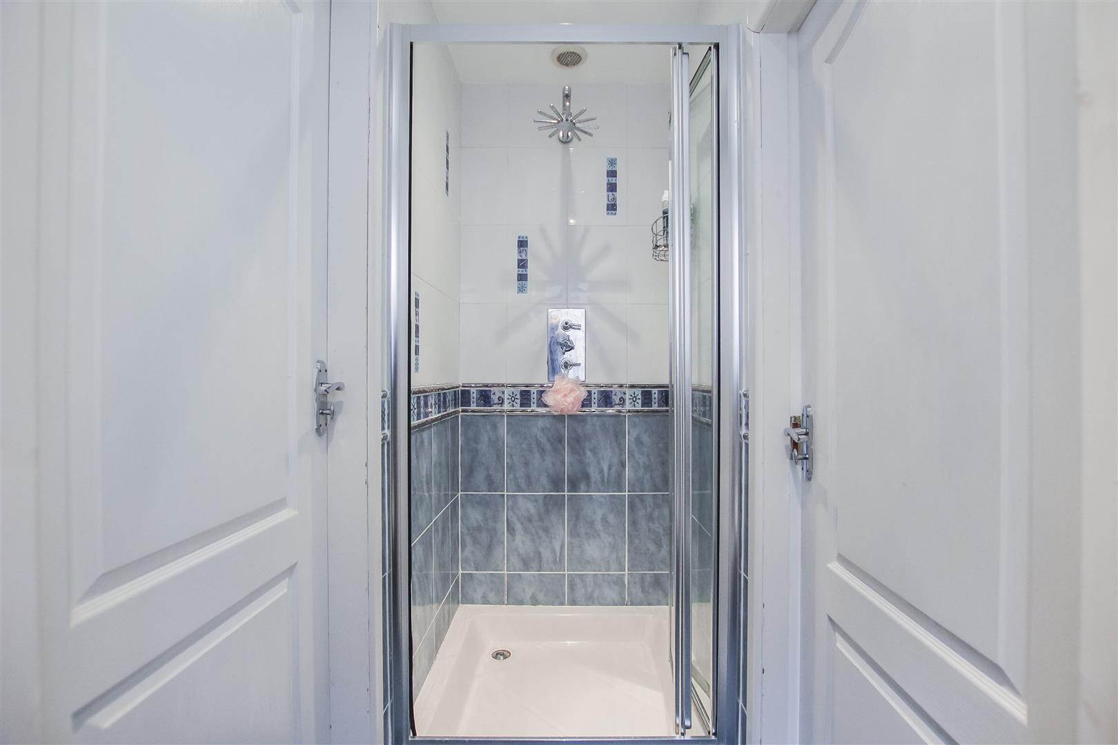 5 Bedroom Detached House For Sale - Jack and Jill Shower Room
